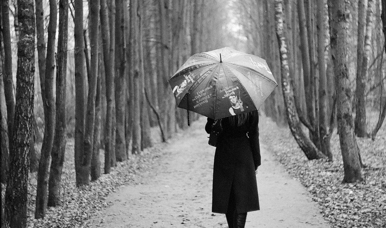 Черно-белая фотография девушки под зонтом
